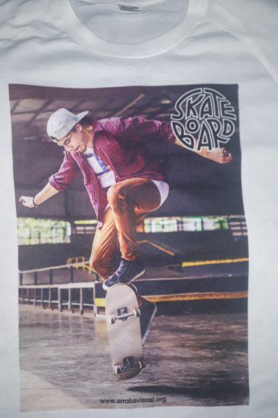 Remera Skate Board con fotografía de muchacho en skate