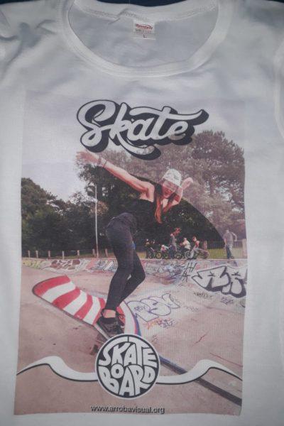 Remera Skare Board con foto de muchacha en skate